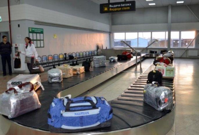 Багаж в аэропорту конвейер большой элеваторов сосочек