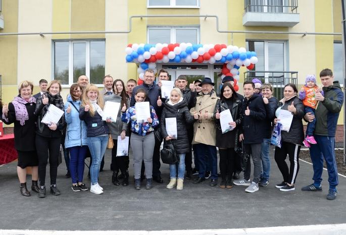 12 омских сирот получили ключи от новых квартир из рук Александра Буркова