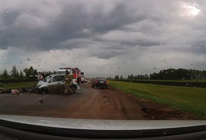 Водителя иномарки выкинуло через лобовое стекло в ДТП на трассе Омск – Одесское (видео)