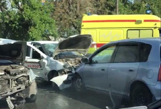 В сети появились кадры ДТП на одном из самых опасных перекрестков Омска