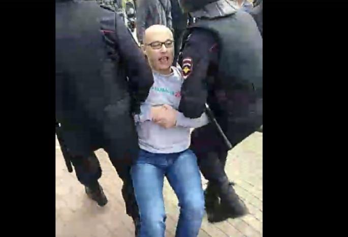 Участников омского митинга против пенсионной реформы затащили в автозаки (видео)