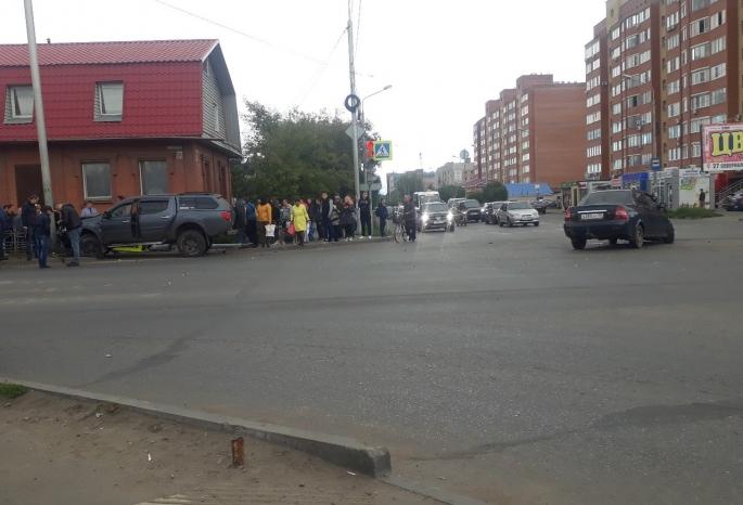В Омске внедорожник наехал на толпу пешеходов: погибла девушка (обновлено)