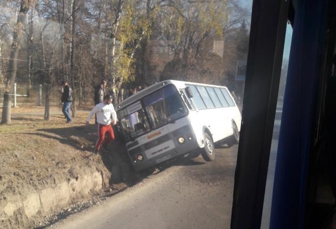 В центре Омска автобус провалился в канаву