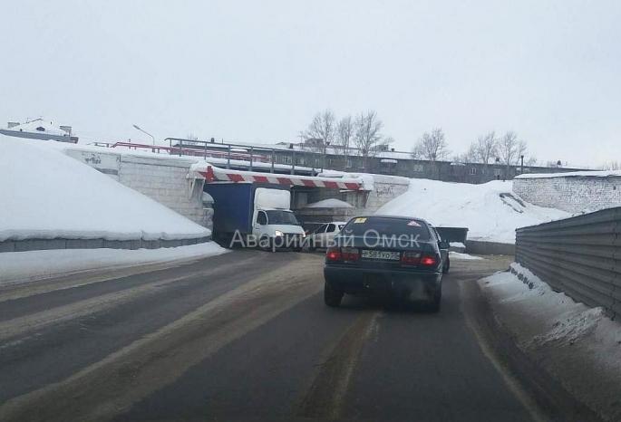 В омском Привокзальном поселке «Газель» застряла в тоннеле