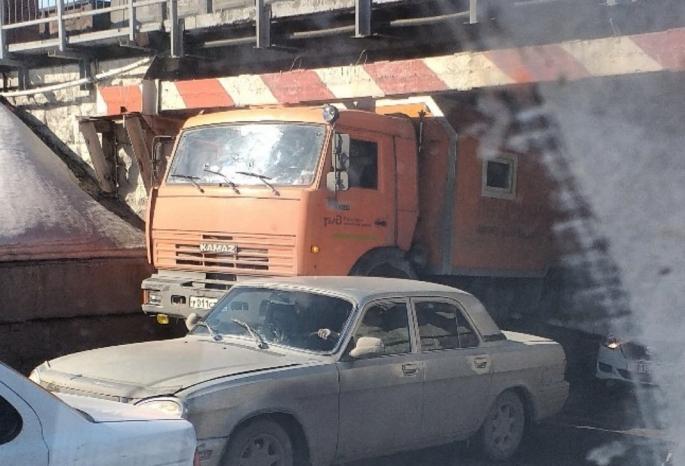 В Омске водитель КамАЗа не рассчитал габариты и застрял в тоннеле