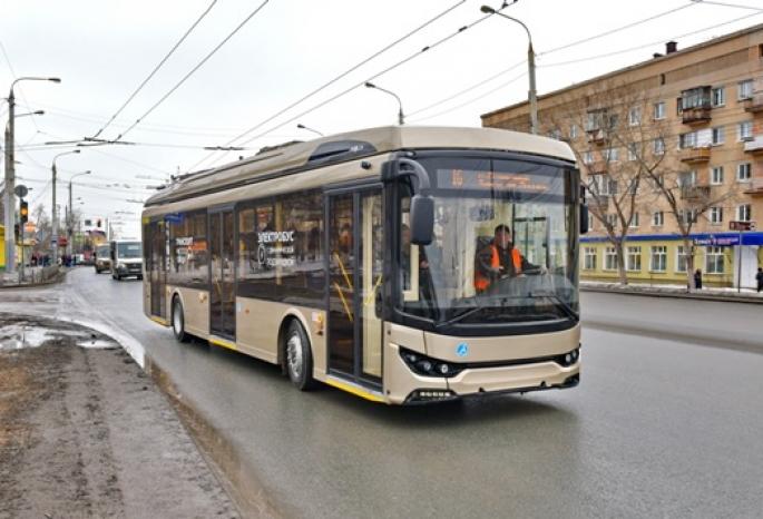 В Омске протестировали новый электробус с зарядками для смартфонов (Видео)