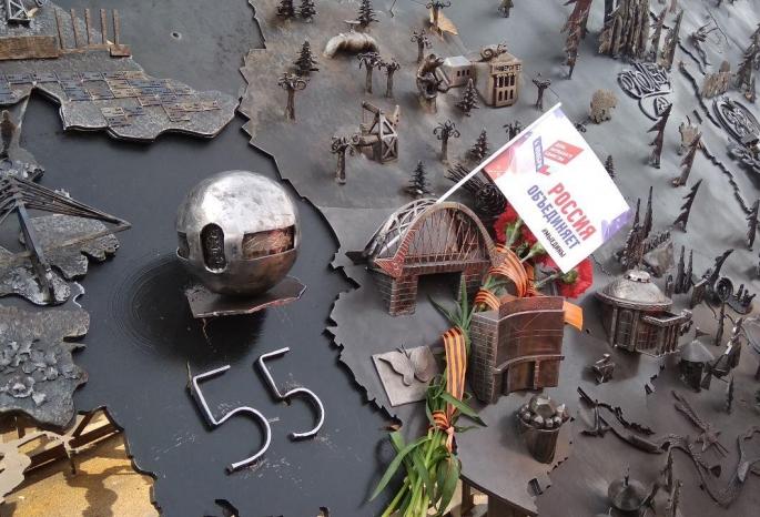 Омский шар Бухгольца установили на 10-метровую кованую карту России в Симферополе