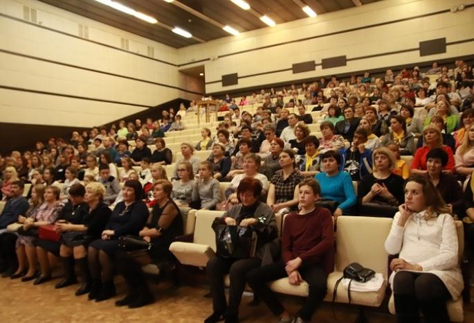 «Чужих детей не бывает»: в Омске на областном форуме поговорили о поддержке приемных семей и ребят, оставшихся без родителей
