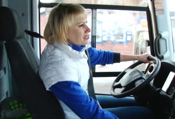В Омске водитель автобуса-женщина читает пассажирам стихи