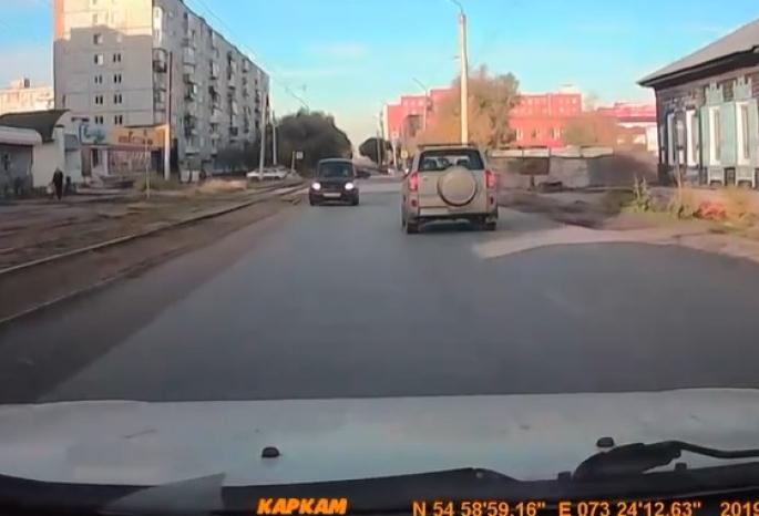 В Омске полиция нашла дерзкого водителя «Тойоты Функарго», ездившего по встречке на Лермонтова