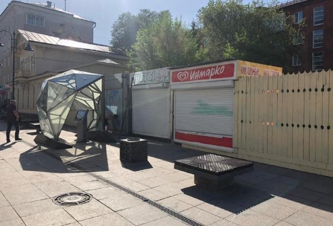 Предприниматели, которых мэр Омска назвала вандалами, спрятали киоски за забором на улице Валиханова