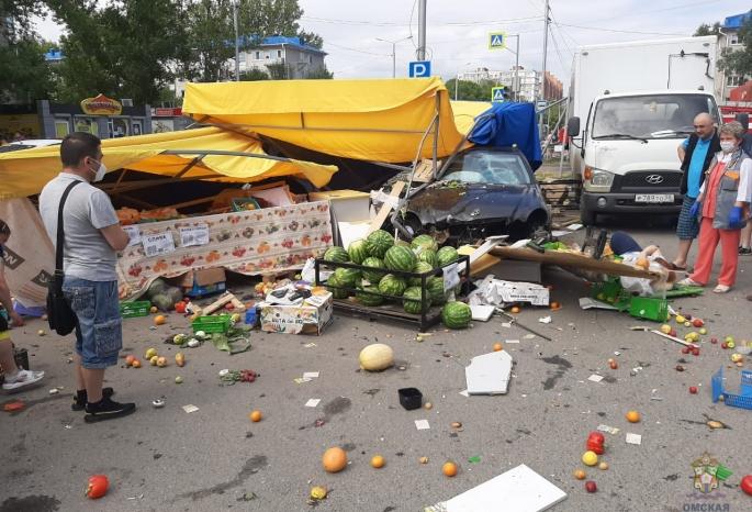 Омич на «Мерседесе» протаранил палатку с фруктами, полную покупателей