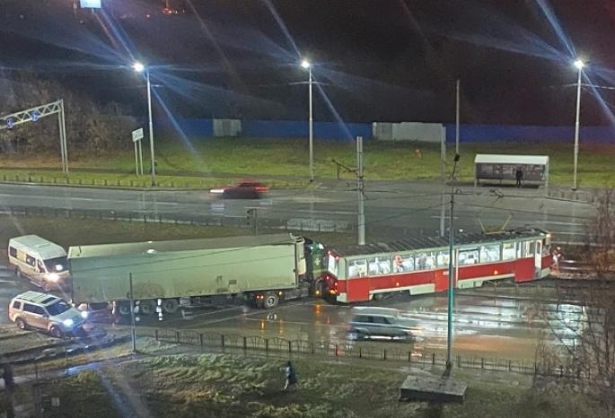 В Омске из-за неработающего светофора столкнулись фура и трамвай