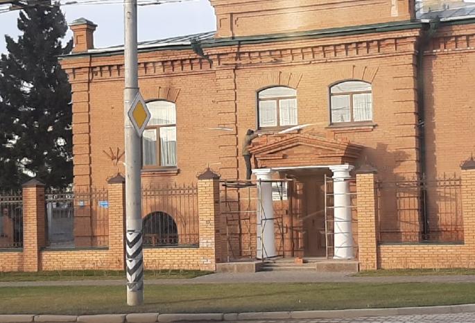 Омская епархия восстановила снесенный двухколонный  портик у центрального входа в здание управления
