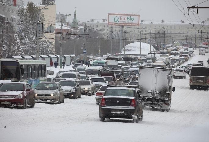 После обильного снегопада Омск встал в 8-балльных пробках