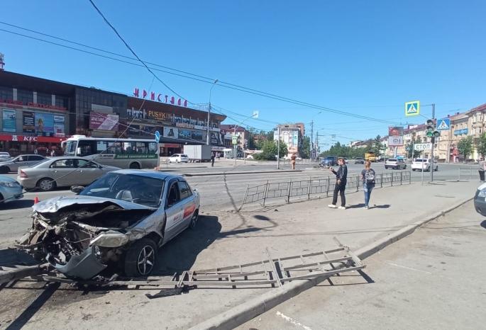 В Омске водитель такси врезался в машину, снес пешеходов на «островке безопасности» и убежал
