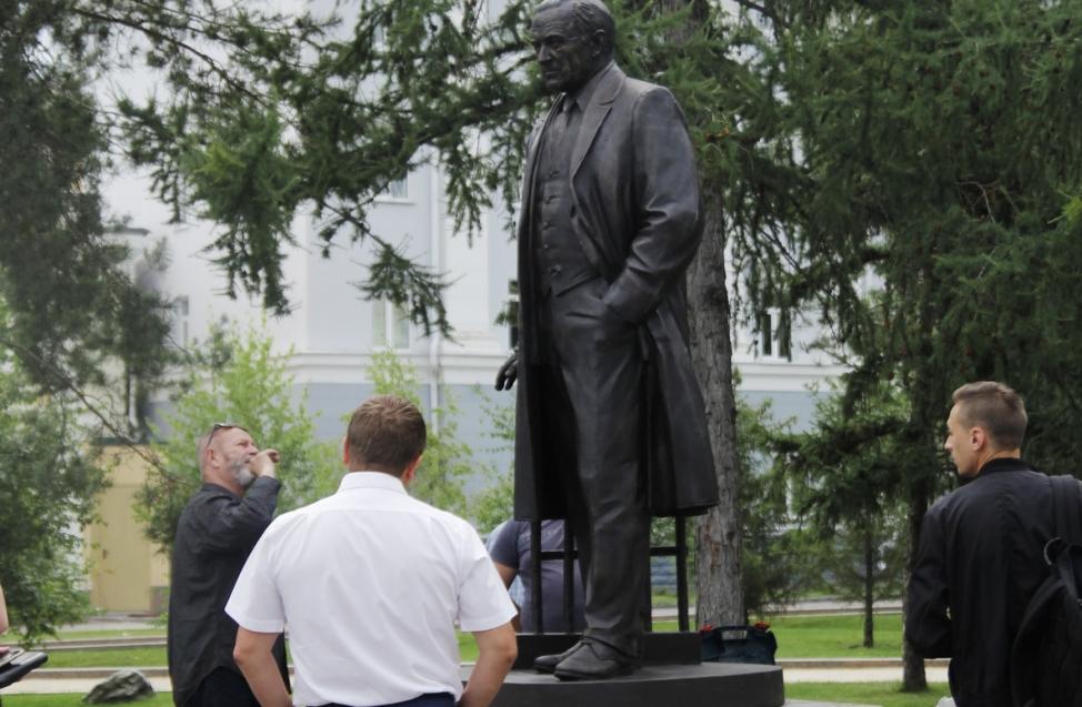 В Омске наконец-то поставили памятник Михаилу Ульянову
