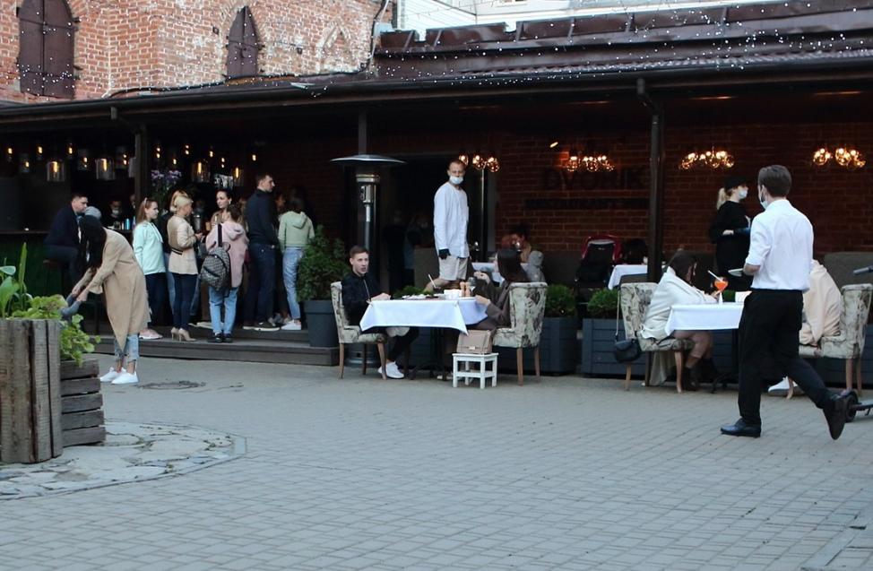 Центр Омска ожил - в городе открылись летние веранды ресторанов