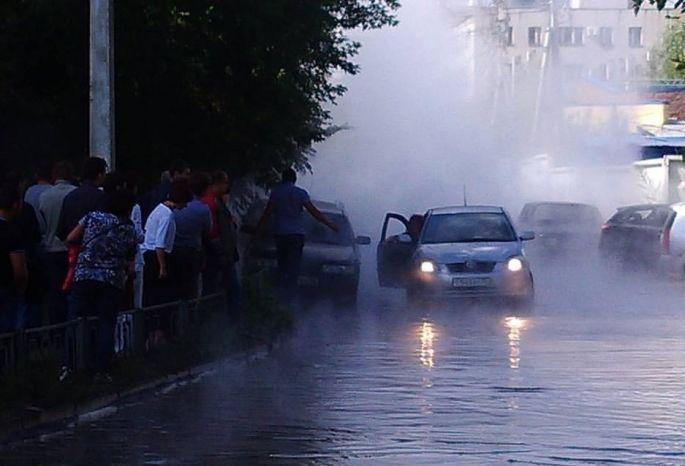 Кипяток залил парковку уофисного здания вцентре Омска