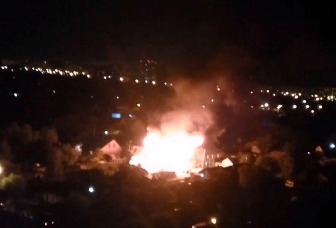 ВОмске произошел пожар: полыхали баня, стройка идом