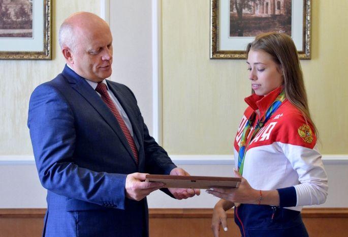 Виктор Назаров наградил олимпийскую чемпионку наградой к300-летию Омска