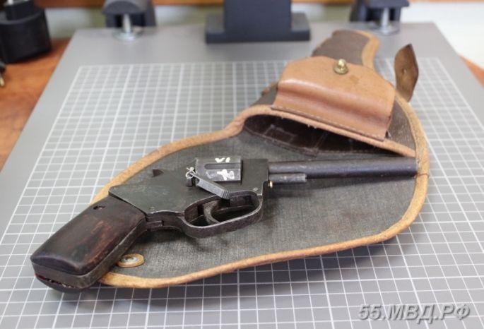 Омича, обменявшего дедовские погоны наревольвер, задержала милиция