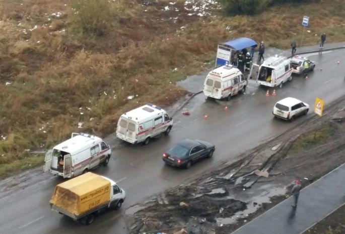 ВОмске лихач сбил мать стремя детьми наостановке: умер ребенок
