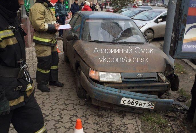 Автоледи вцентре Омска сбила людей ивъехала врекламный щит