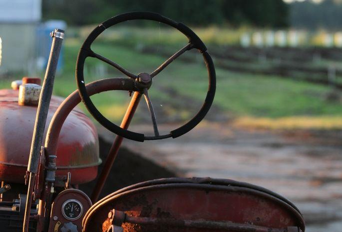 Омича убило ковшом после помывки трактора