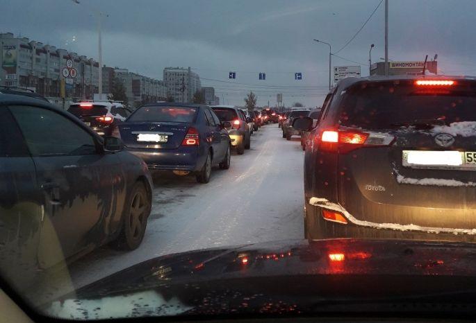 ВОмске из-за снегопада немалое количество аварий ипробки в8 баллов