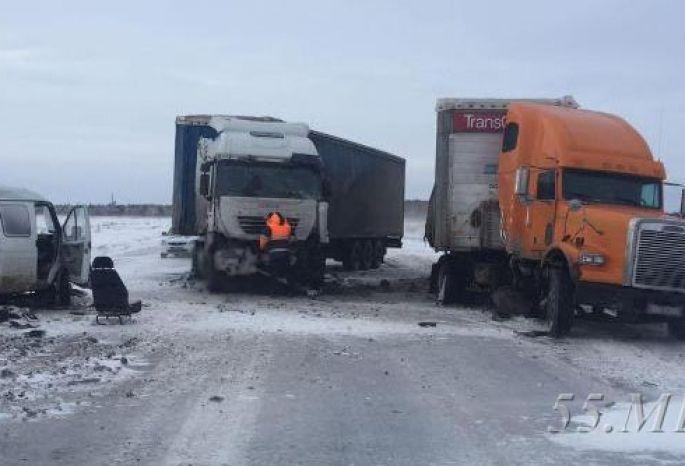 Под Омском вДТП попали три фургона