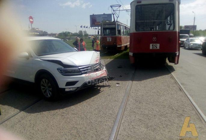 В Омске новенький «Тигуан» опробовал на прочность трамвай