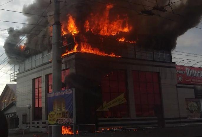 Интенсивный пожар вгостинице «Гер Шулер» вОмске попал нафото