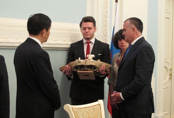 Новоселов подарил секретарю горкома компартии Китая череп старинного буйвола