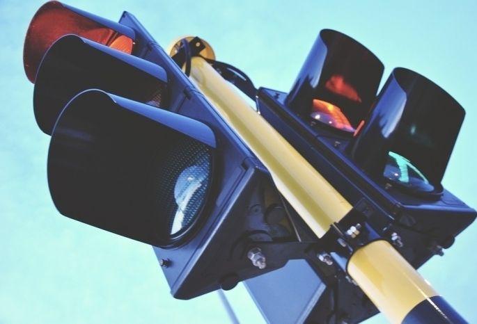 ВОмске светофор напересечении Семиреченской иМельничной перенастроят