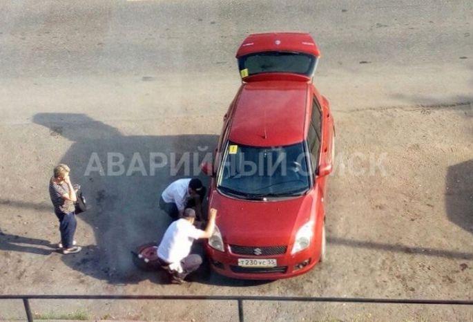 Опубликованы фотографии поступка омских инспекторов ДПС, которые помогли автоледи «переобуться»