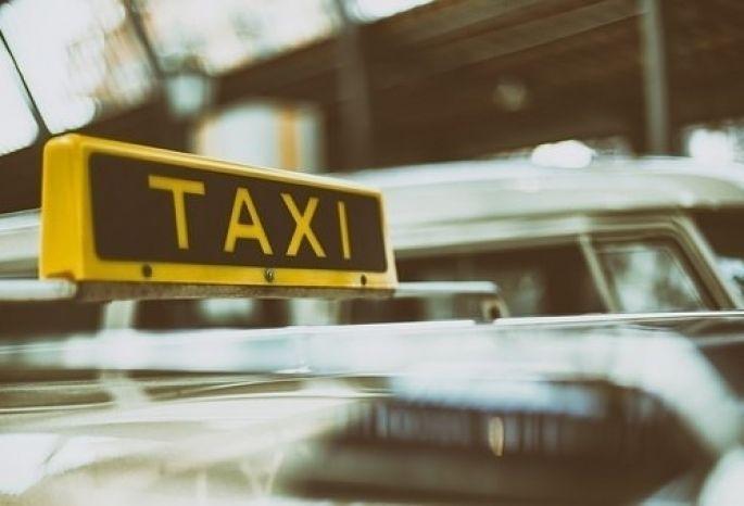 Омский таксист похитил телефон пассажира, который пошел вбанкомат заденьгами