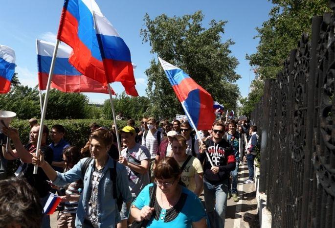 ВОмске проходит митинг за приличные  заработной платы  ивзащиту прав дольщиков