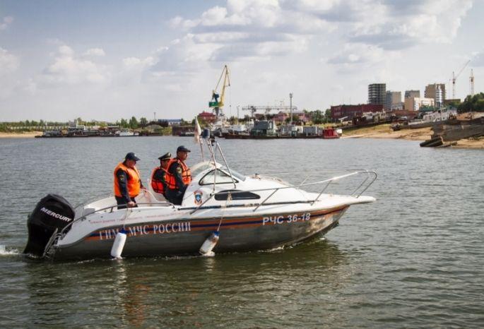 ВОмской области спасли людей сдрейфующей поИртышу баржи