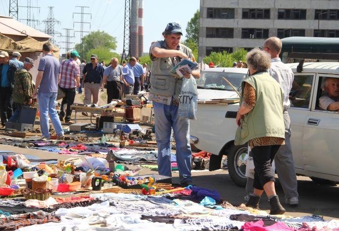 После переноса рынка вОмске отторговцев остались горы мусора