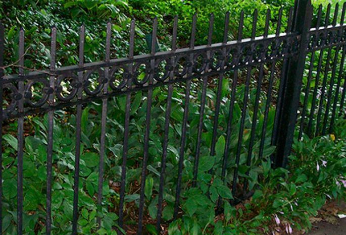 Милиция «застукала» 2-х омичей, которые несли поулице сворованный чугунный забор