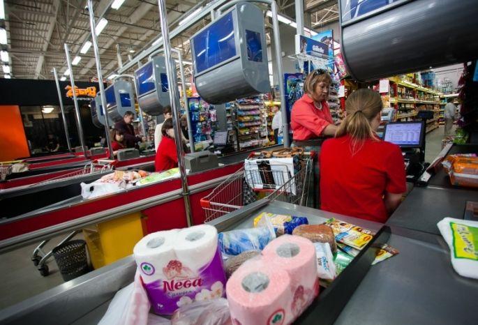 Омичка достала изкассы супермаркета деньги иперевела ихмошеннику