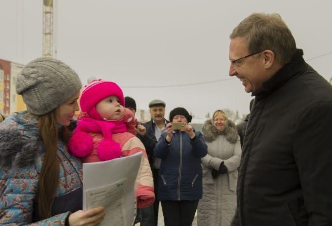 Бурков подарил новые квартиры 47 молодым омичам