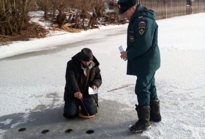 ВОмске рыболовы вышли нанеокрепший лед ииссверлили его лунками