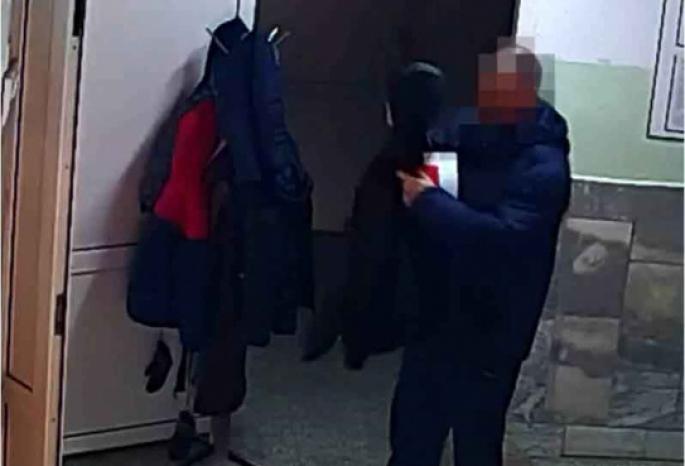 Омич привел сына в поликлинику и похитил кожаную куртку