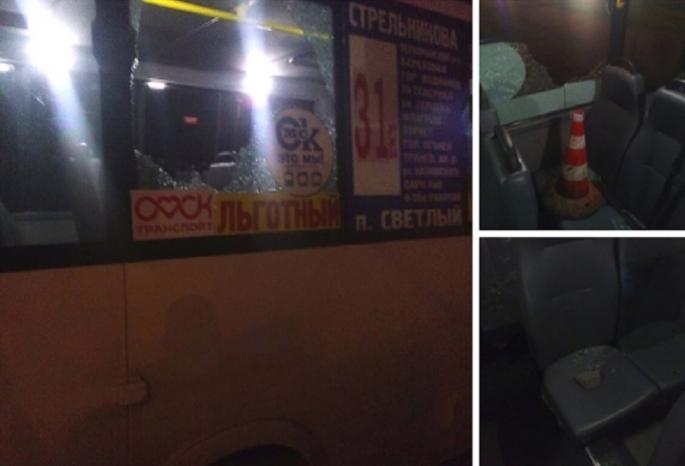 ВОмске дорожники разбили стекло маршрутке
