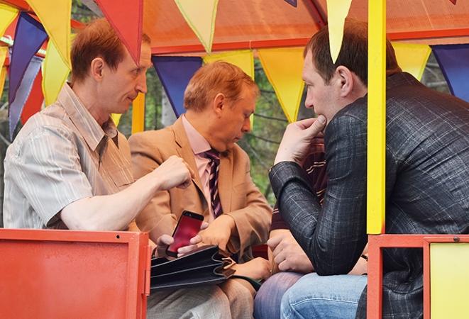 Омские народные избранники провели совещание ввагончиках детского паровозика