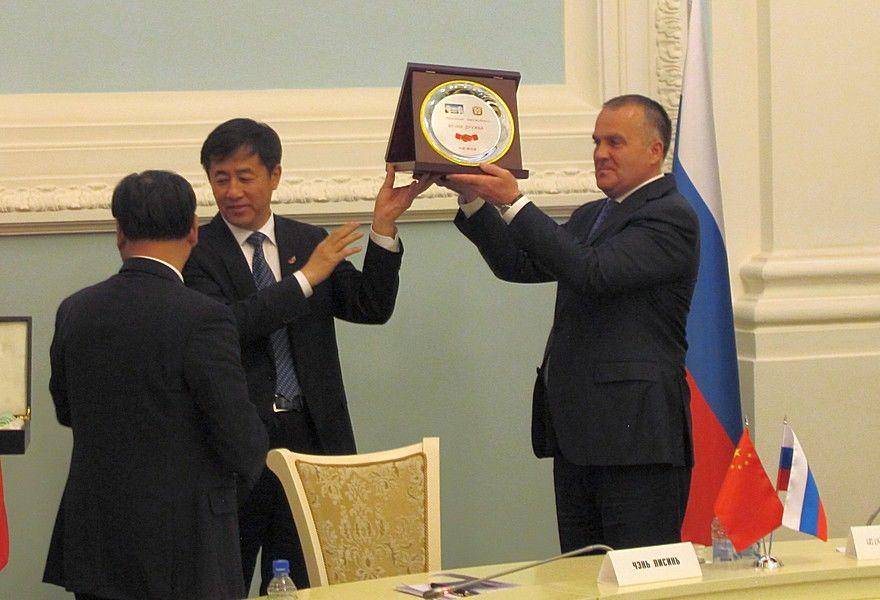 Новоселов вручил секретарю горкома компартии Китая череп старинного буйвола