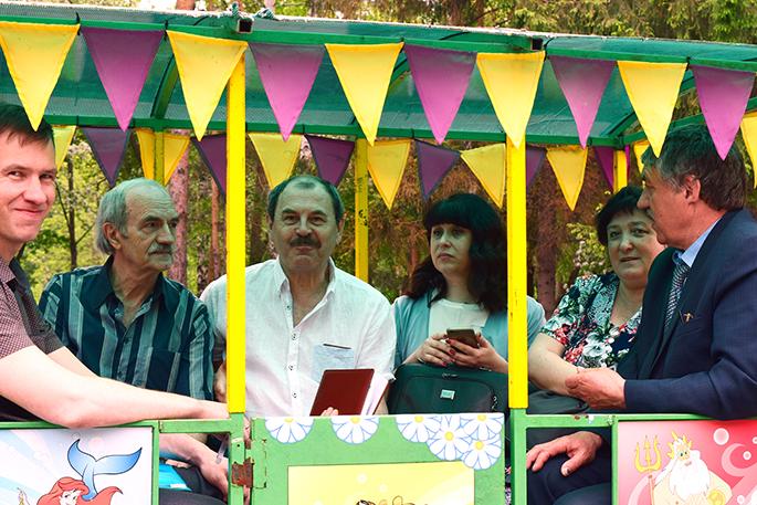 Омские депутаты провели совещание в детском паровозике